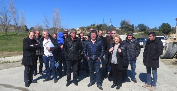 Christian Orsucci, maire de Tallone, entouré de maires et de représentants des communautés de communes de la région.