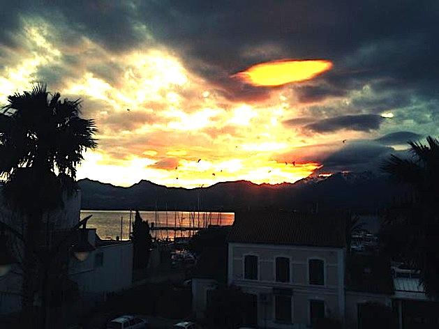 Magie dans le ciel de Calvi : Une boule de feu perce le nuage