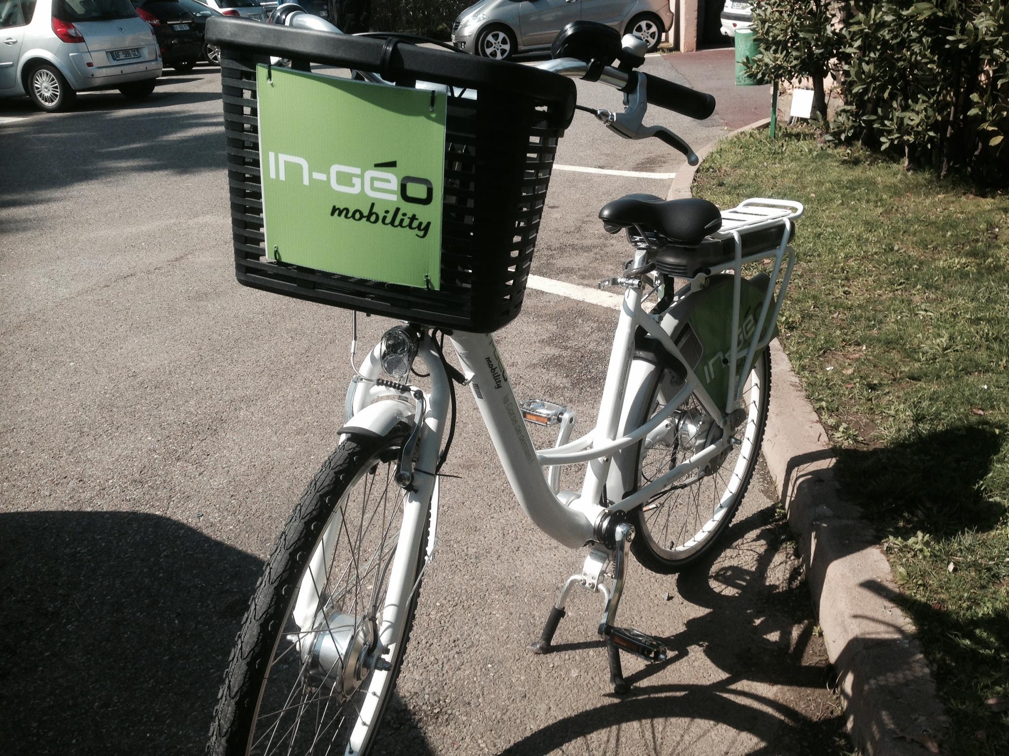 Six vélos électriques, rechargés à l'énergie solaire, seront bientôt disponibles
