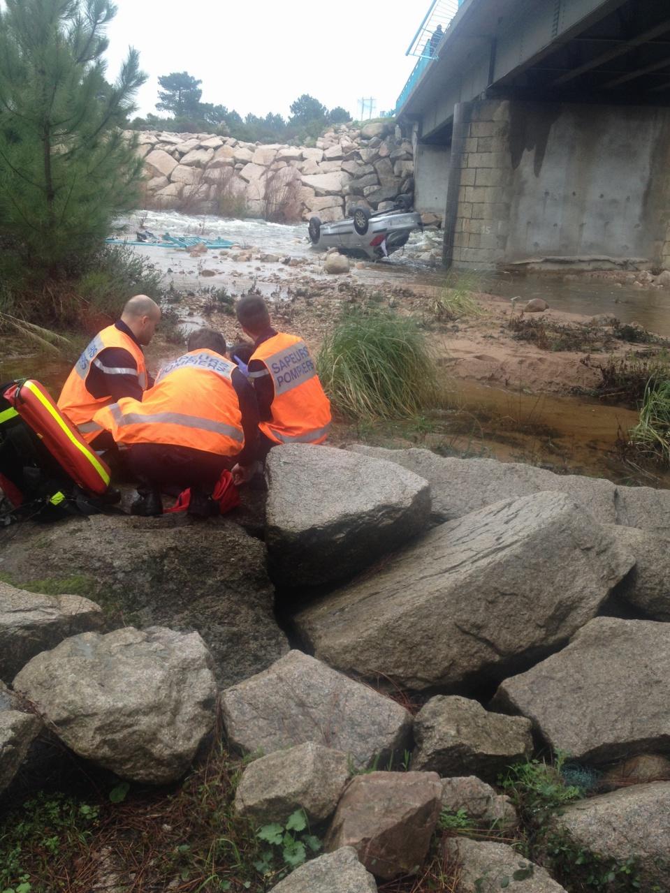 Une voiture par-dessus le pont de l'Osu. La conductrice secourue par des témoins