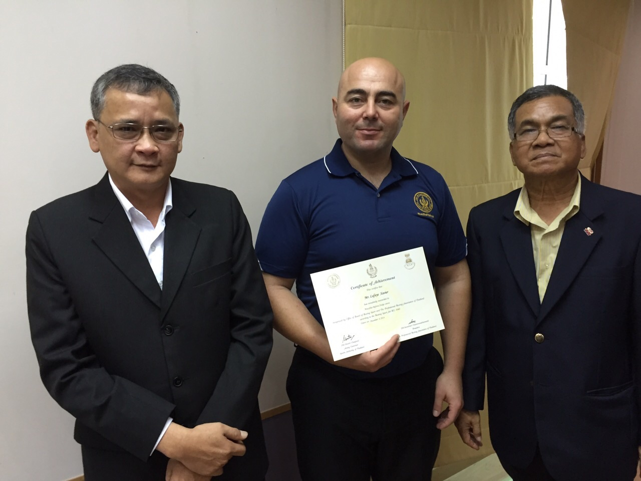 Jean-Pierre Delogu reçoit son diplôme des mains du ministre des sports thailandais