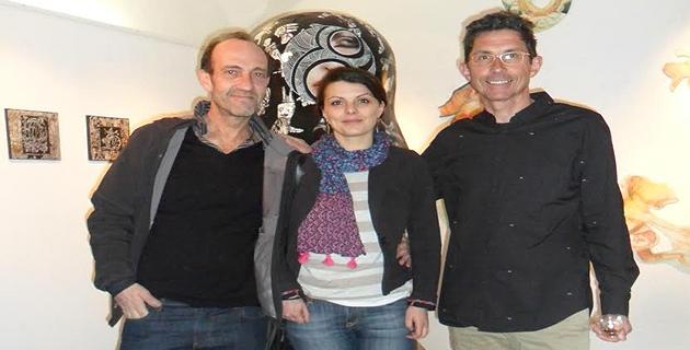 Marc Colonna d'Istria (à gauche) et Jean Monestié, les artistes entourant Youna Tessier (artiste plasticienne) qui a réalisé l'accrochage de l'exposition.