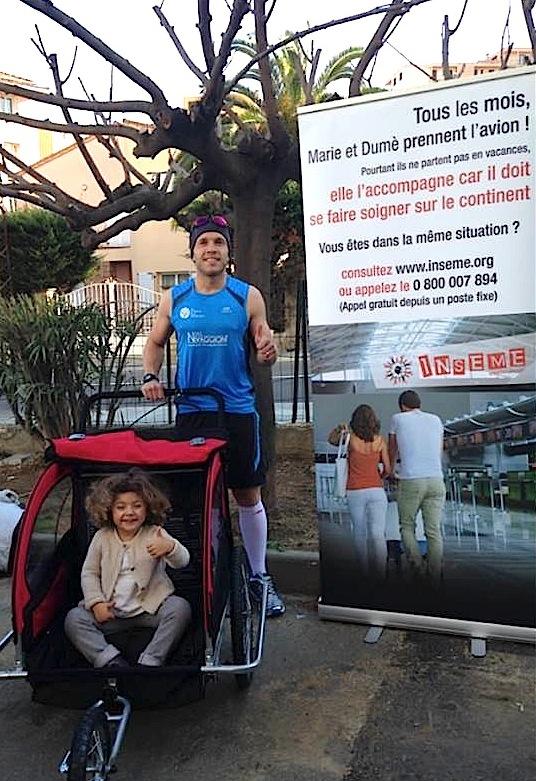 Inseme : Jacques Secondi, avec sa fille dans une poussette, au départ du Marathon d'Ajaccio