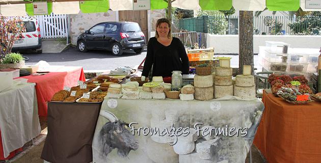 Carole Pala et le fromage fabriqué par Rémi, son mari