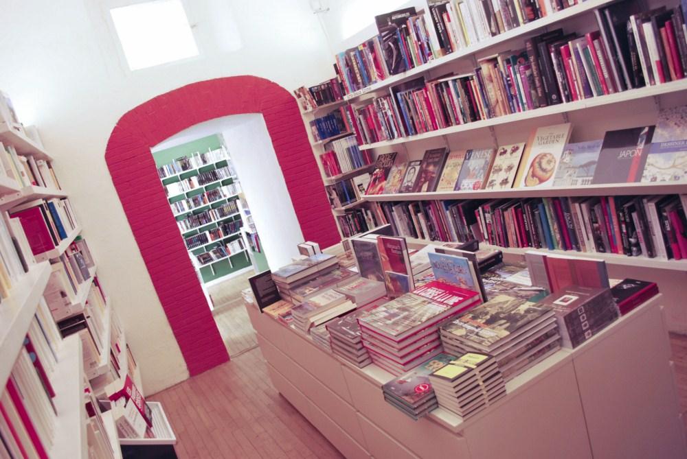 Olivier Battistini dédicacera ses derniers ouvrages avec la Librairie les Deux Mondes.  André-Jean Bonelli le fera avec la librairie Album