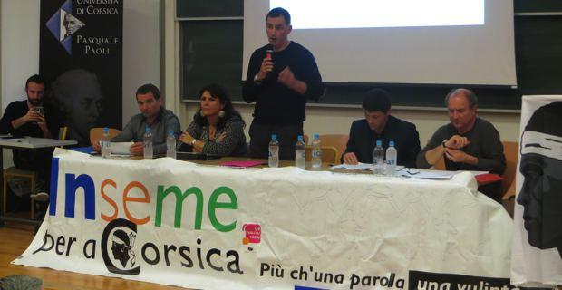 Les trois conseillers territoriaux, Hyacinthe Vanni, Mattea Lacave et le leader d'Inseme per a Corsica, Gilles Simeoni, le nouveau Secrétaire général, Jean-Félix Acquaviva, maire de Lozzi, et Guy Profizi.