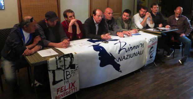 Paul-Félix Benedetti, conseiller territorial et leader d'U Rinnovu, entouré de militants.