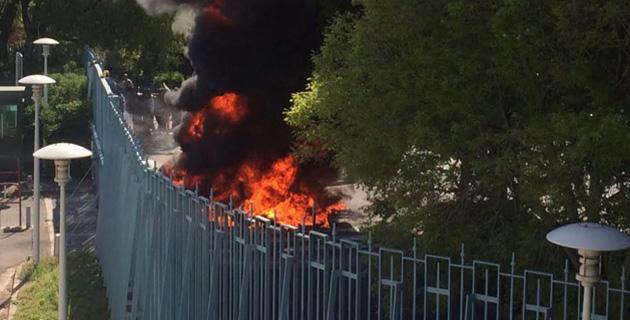 Des pneus avaient été brûlés devant la préfecture