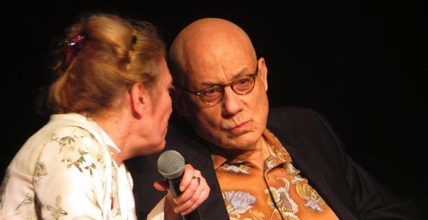 L'écrivain James Ellroy et sa traductrice, Eve, au théâtre de Bastia.