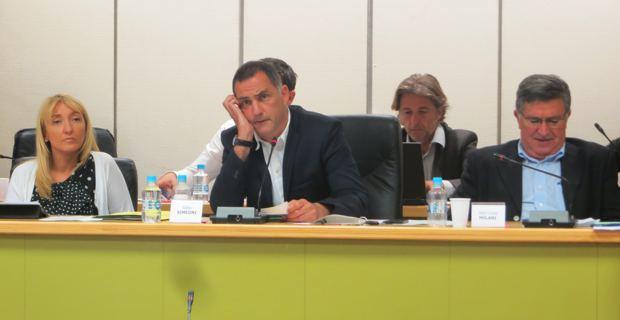 Le maire nationaliste de Bastia, Gilles Simeoni, entouré de sa 1ère adjointe, la socialiste Emmanuelle De Gentili, et de son 2ème adjoint, le libéral Jean-Louis Milani.