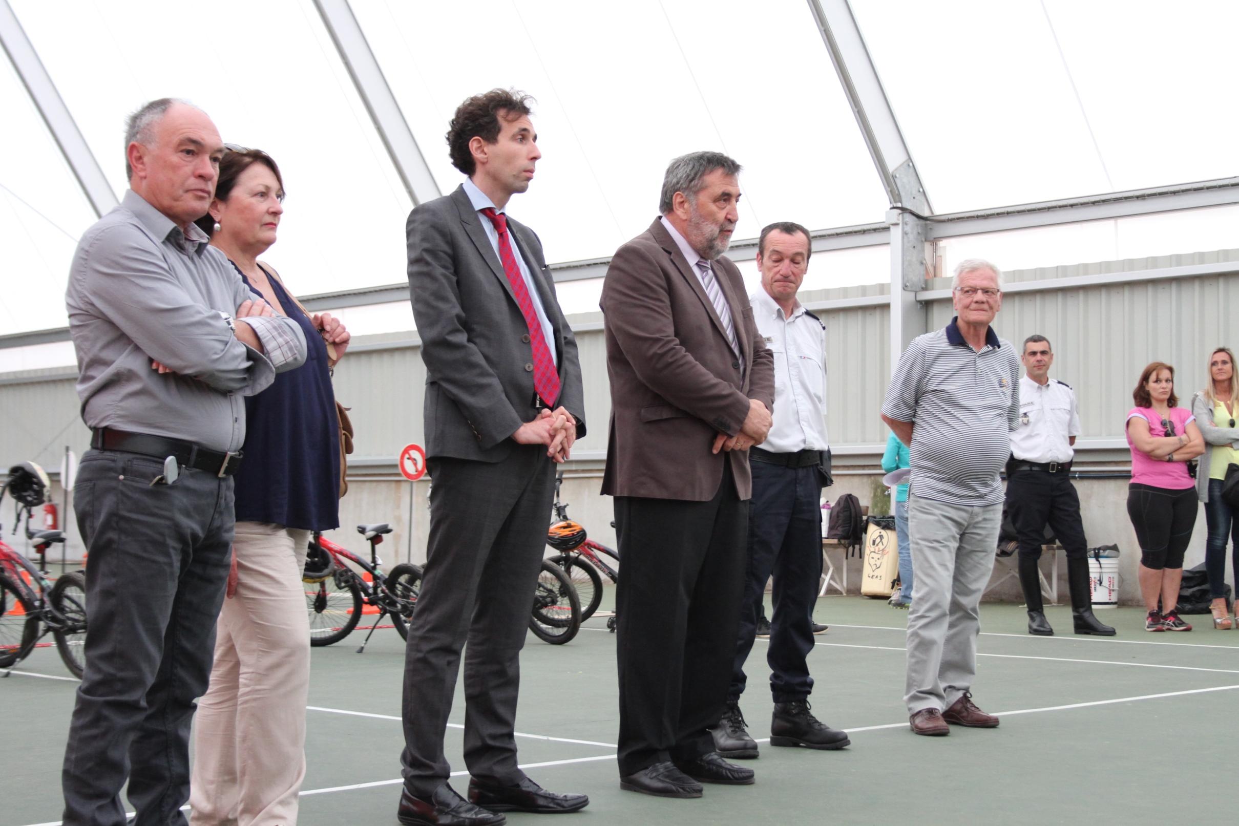 Guy Monchaux et David Myard aux côtés de Pierre Vesperini et des élus locaux pour la remise du permis cycliste