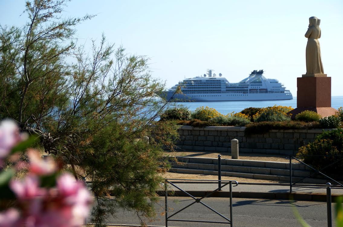 """L'image du jour : Le """"Seabourn Sojourn"""" à L'Ile-Rousse"""