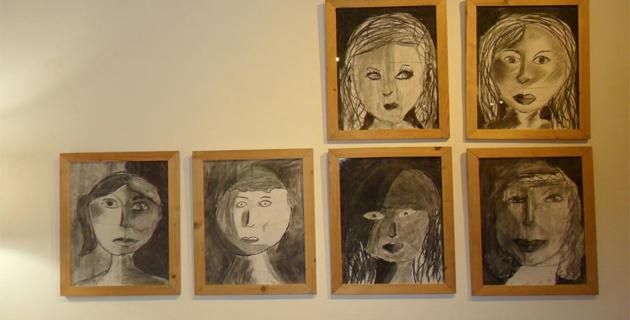 Galerie de portraits réalisés par des enfants de 7 à 12 ans dans l'atelier d'arts plastiques animé par Michèle Vincentelli