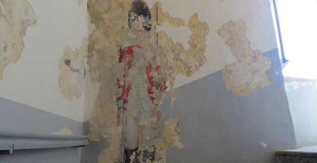 La peinture murale est située sur le mur du palier entre deux étages du Pavillon d'entrée des Nobles Douze.