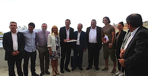 Le maire de Bastia, Gilles Simeoni, la 1ère adjointe, Emmanuelle de Gentili, le président de l'association des élus de montagne et maire de Lozzi, Jean-Félix Acquaviva, et Denis Luciani, entourés de François Modesto, joueur du Sporting, et d'une dizaine de parlementaires sardes.