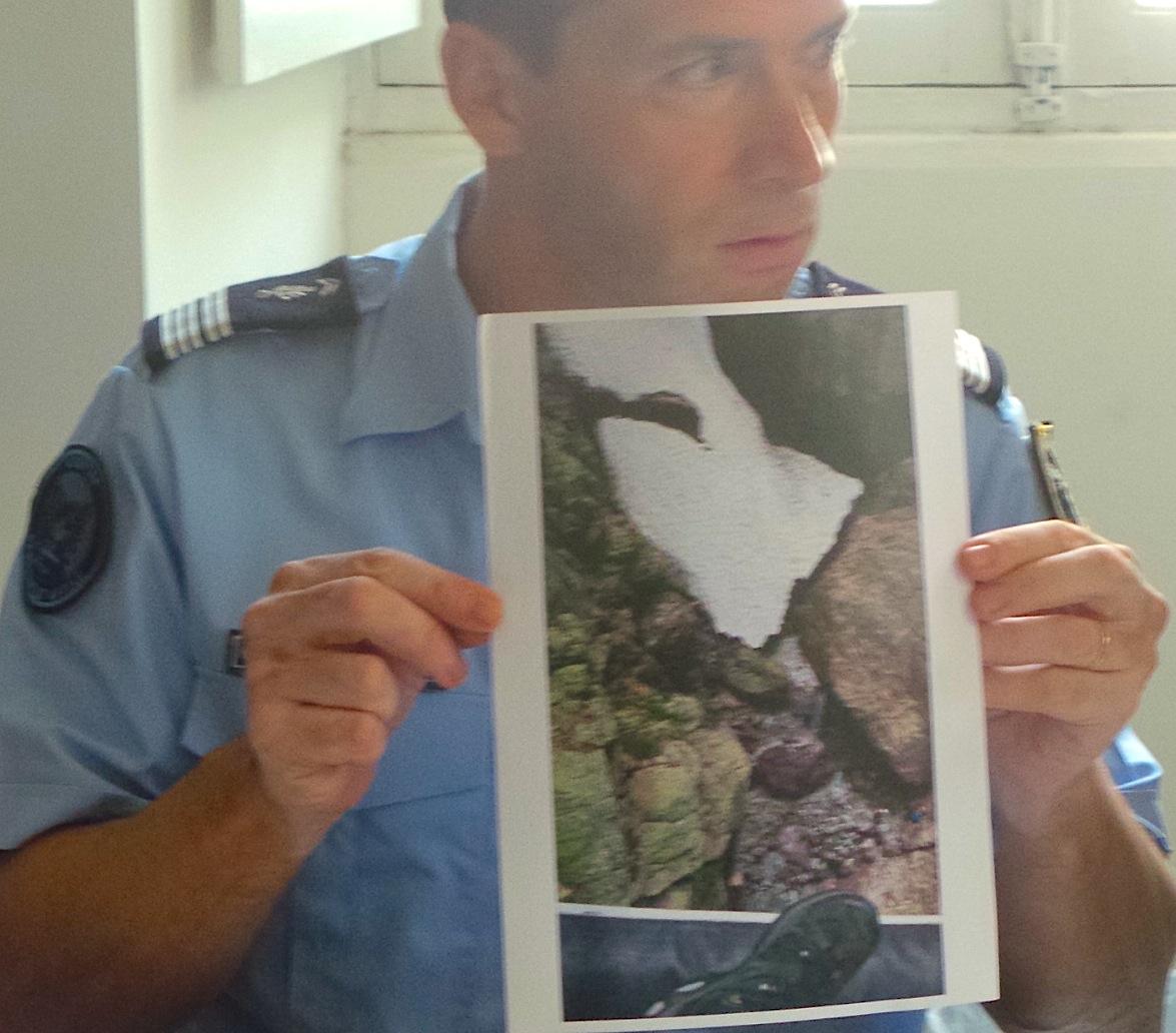 Le colonel Didier Rahmani montre la photographie de l'endroit où été découverte la 5eme victime