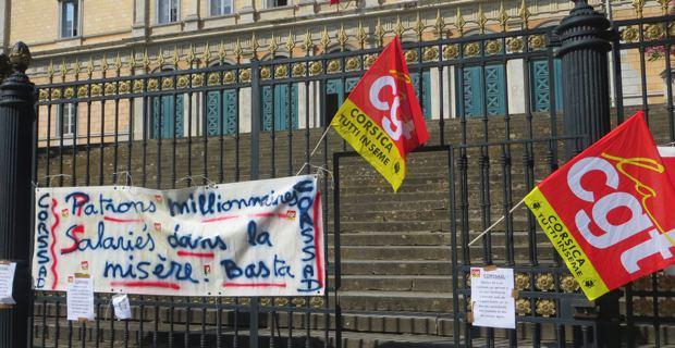 Banderole CGT sur les grilles du Palais de justice de Bastia le temps du procès.
