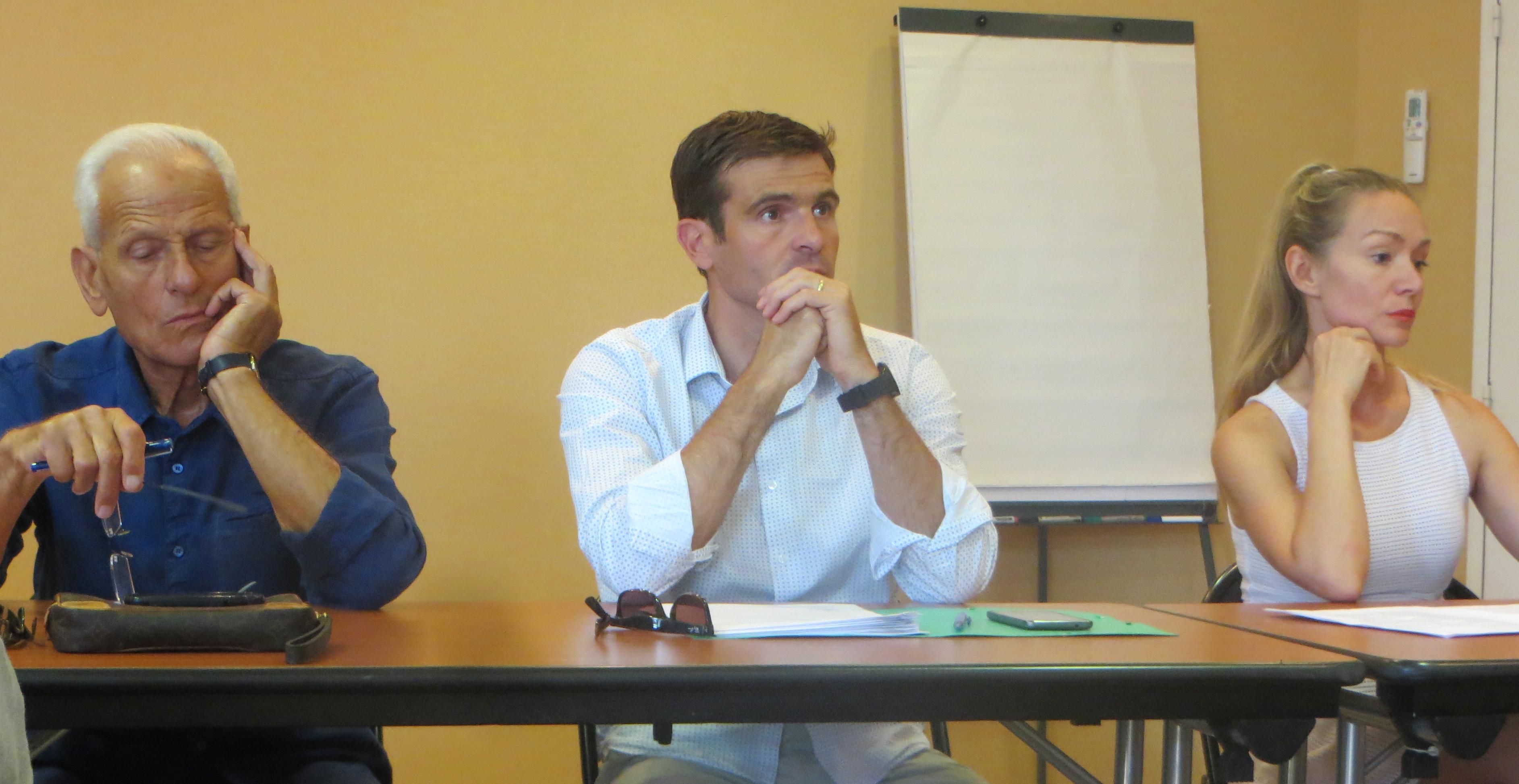 Jean Baggioni, aux côtés du leader de la Nouvelle Corse, Jean-Martin Mondoloni, et d'Anne Moretti qui fait partie de la démarche.