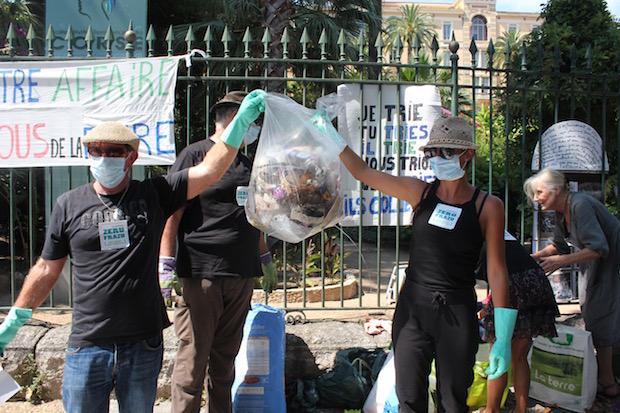 Ajaccio : Zeru Frazu déverse des déchets devant l'hôtel de région