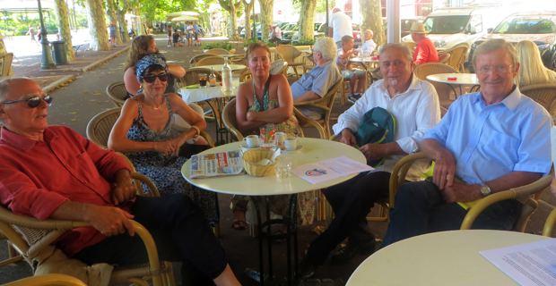Dominique Yvon et Vincent Carlotti, co-référents d'Anticor pour la Corse, entourés d'adhérents.