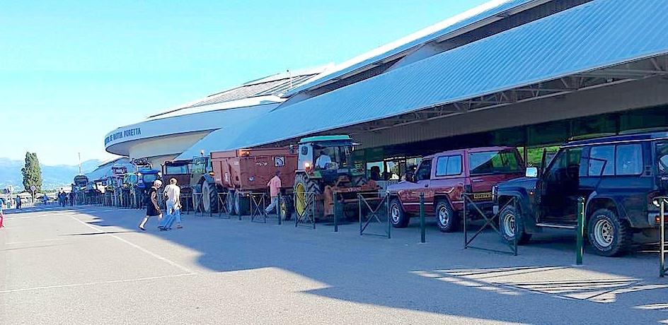 Les agriculteurs, en cortège, ont déversé devant l'aéroport de Poretta une partie de ce qui suscite leur colère