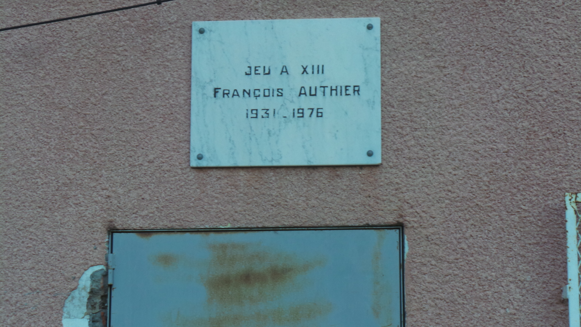 Une plaque à la mémoire de l'un de ses serviteurs rappelle au Casone le début de l'aventure du rugby à cet endroit