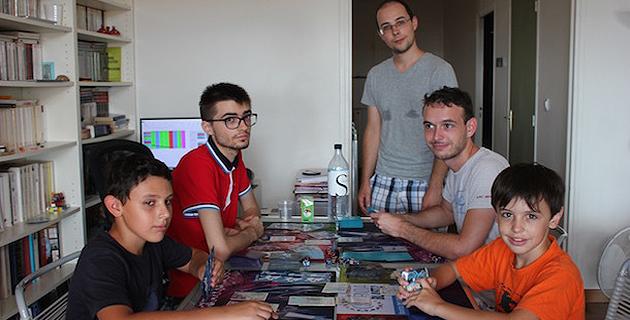 Sylvain et Robin en compagnie de trois autres joueurs de haut niveau de TCG Pokémon, lors du training camp organisé chez eux à Ajaccio