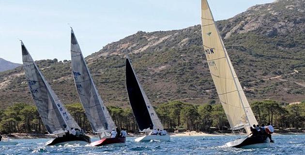 Les Smeralda 888 du Yacht Club de Monaco régatent dans la baie de Calvi