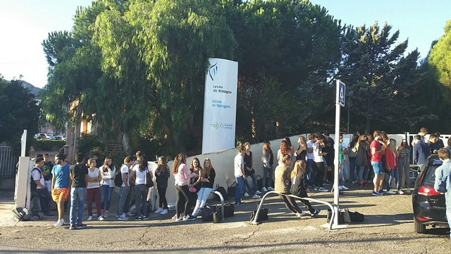 Manifestation de Ghjuventù indipendentista devant le  Lycée de Balagne pour soutenir Paulu-Andria Contadini