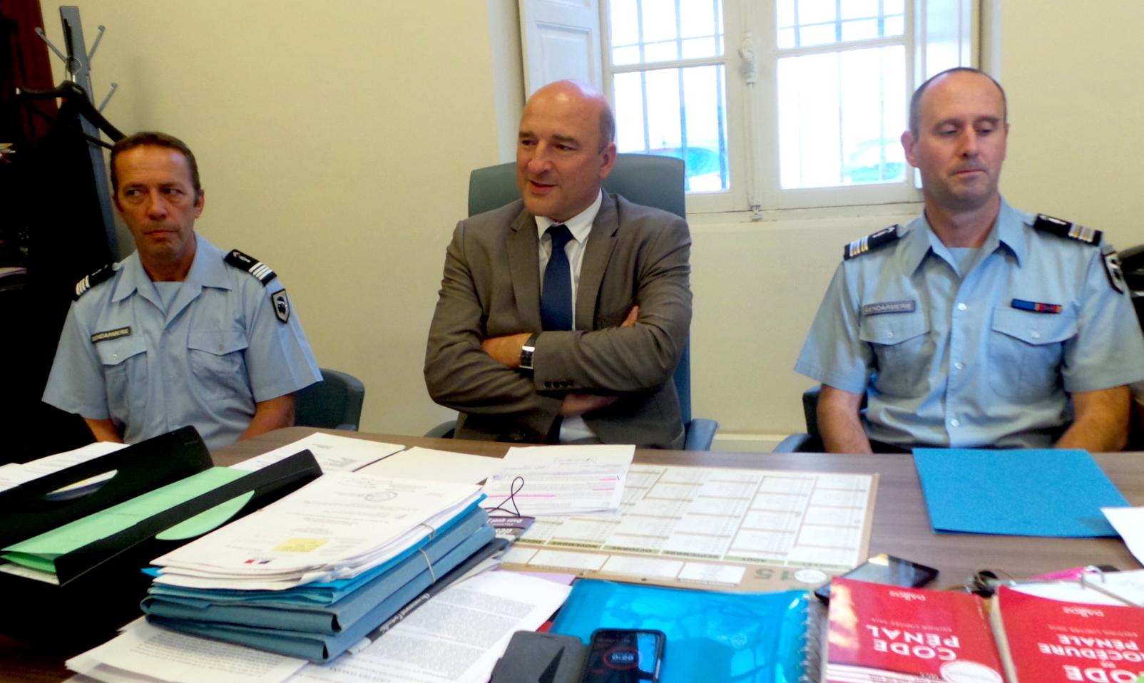 Le commandant Guyomar, chef de l'antenne de la section de recherche de la gendarmerie de Corse, Nicolas Bessone, procureur de la Republique et le Lieutenant-colonel Demesy, commandant du groupement de gendarmerie de Haute-Corse