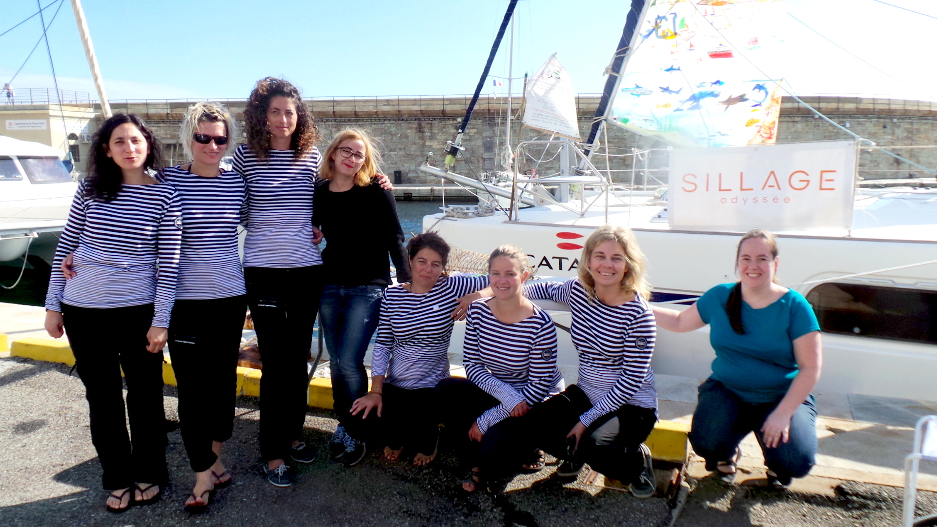 """Nathalie Ille (3ème à partir de la gauche), son équipage et l'équipe du """"Marinu"""""""