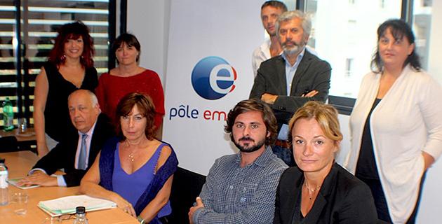 Vincent Fedi (à gauche) aux côtés de Dominique Gatti et de l'ensemble des représentants des organismes qui ont accompagné VINPHI dans son entreprise. debout à droite Luce Leca, la directrice générale adjointe de Vinphi