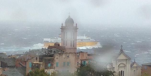 Image impressionnante : Un navire de la Corsica Ferries quitte Bastia sous la tempête (Photo J.-B. R)