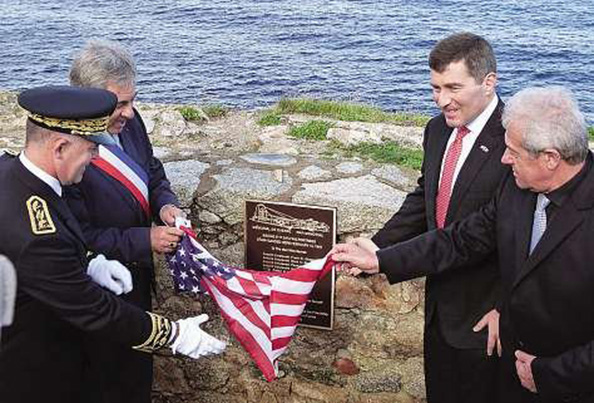 Le 11 novembre 2012, l'Ambassadeur des Etats-Unis dévoilant à Calvi une plaque en hommage aux victimes du B17 abattu en 1944 au pied de la citadelle de Calvi