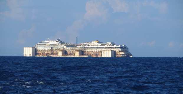 L'épave du Concordia remontant le canal de Corse en juillet 2014.