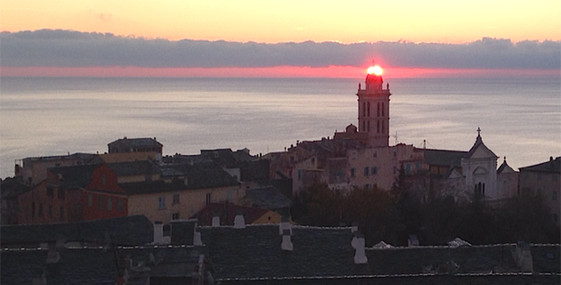 Bastia : Le soleil comme un point sur i sur le clocher de Sainte-Marie