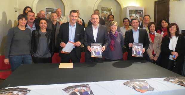 Gilles Simeoni et Jean-Christophe Angelini, conseillers territoriaux sortants, entourés de certains de leurs colistiers et de militants de Femu a Corsica.