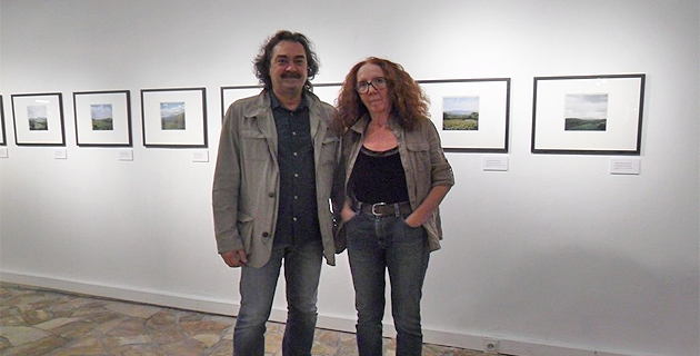 Marcel Fortini, directeur du centre méditerranéen de la photographie, en compagnie de l'artiste Maddalena Rodriguez-Antoniotti