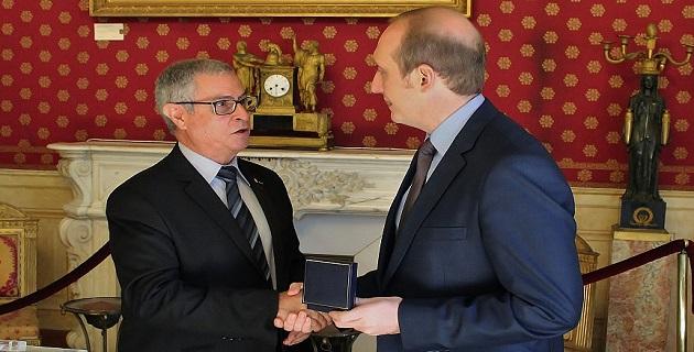 Remise de médaille de la Ville à Jean-Paul Martin, président général de la Société Nationale d'entraide de la Médaille Militaire (SNEMM)