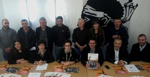 Les candidats de Corsica  Libera autour du leader de la liste, Jean-Guy Talamoni, et de Petr'Anto Tomasi, numéro 5.