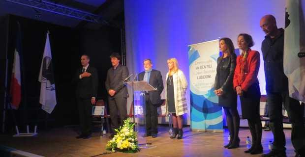 Emmanuelle De Gentili, tête de la liste La Corse qui ose, et Jean-Baptiste Lucioni, entourés de leurs colistiers, rendent hommage aux victimes des attentats de Paris.