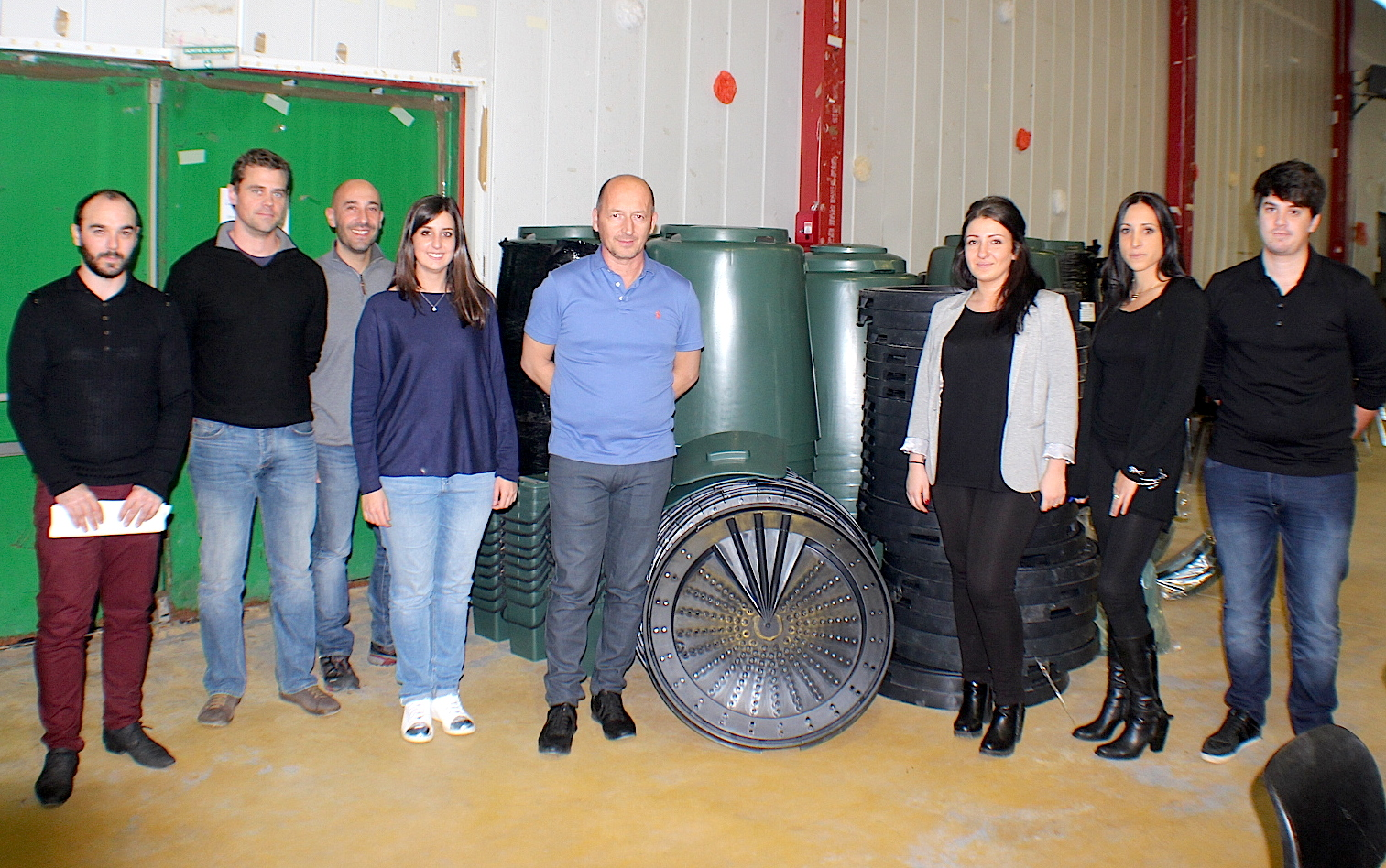 Autour d'Antoine Poli (au centre) les agents de la communauté des communes, les ambassadeurs du tri et les agents du Syvadec