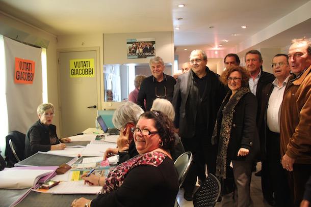 """Dans la permanence ajaccien de """"Prima a Corsica"""" on s'affaire à pointer les abstentionnistes sur les listes électorales afin d'aller les mobiliser pour le 2ème tour"""