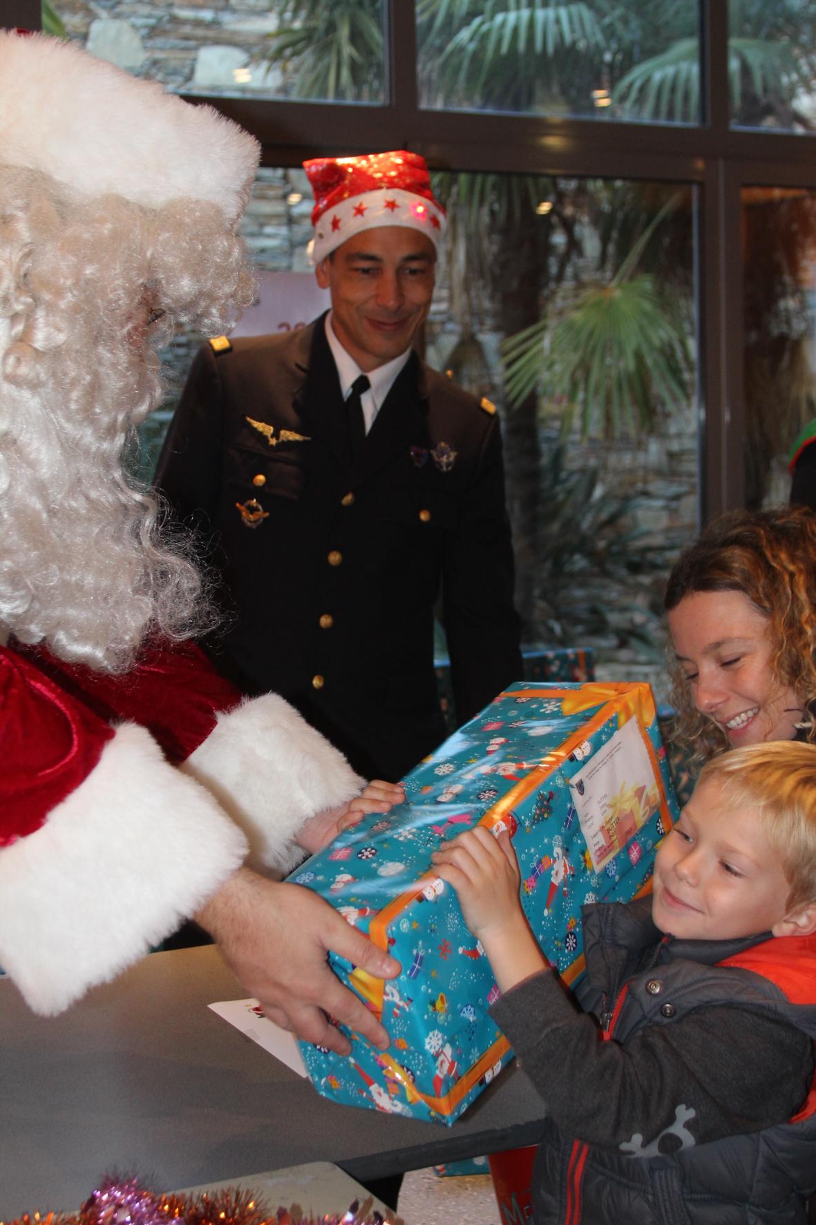 Le Père Noël arrive par les airs sur la base de défense Ventiseri-Solenzara