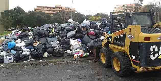 La collecte des secteurs de Lupino et de Montesoro s'effectue à l'aide d'un « Bobcat » pour résorber les points critiques (Dr)