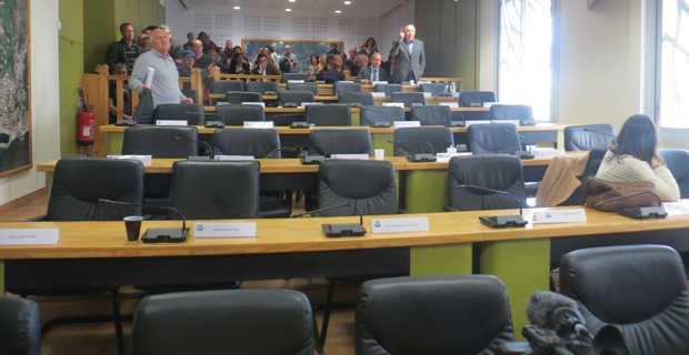 La salle du Conseil communautaire après le départ des 33 élus de la majorité.