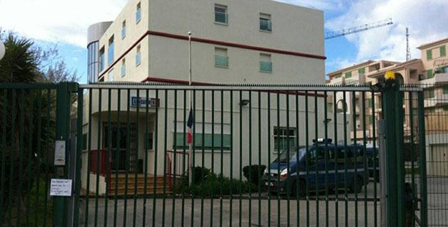 Deux impacts de balles contre une vitre blindée de la brigade de gendarmerie de l'Ile-Rousse