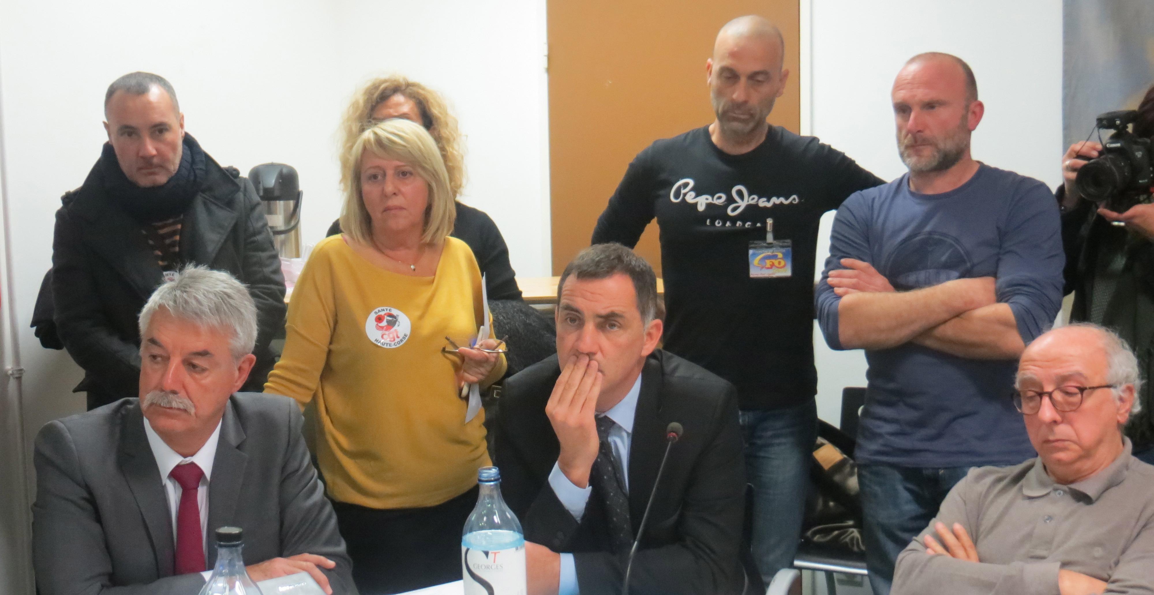 Gilles Simeoni, président du Conseil de surveillance de l'hôpital de Bastia, entouré du directeur et des représentants de l'intersyndicale CGT-STC-FO.