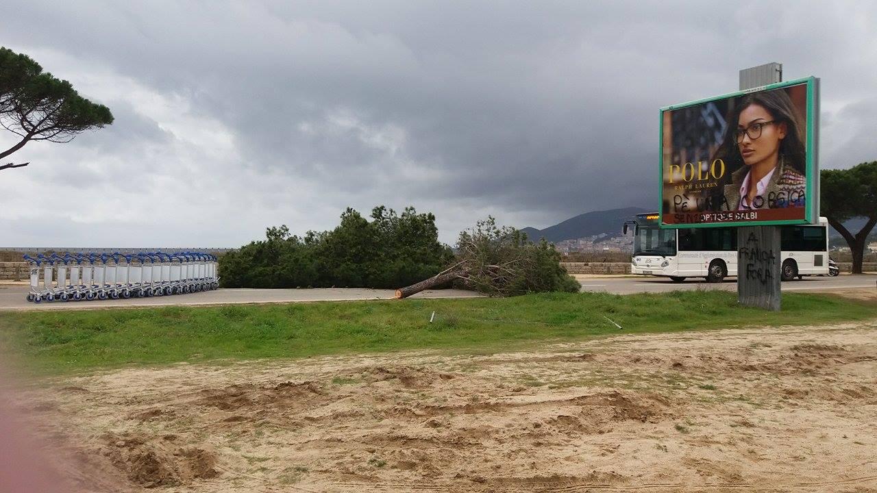 """Ajaccio : Un """"barrage"""" pour le bus du FN"""