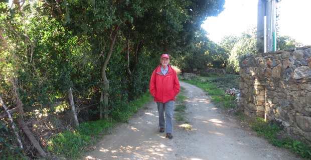 Frère Serge Grandais marchant sur A Via San Martinu di Corsica in Patrimoniu. Photo Christian Andreani.